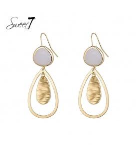 Goudkleurige oorhangers met een witte steen en een druppelvormige hanger