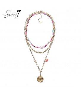 Goudkleurige ketting van drie lagen met roze kraaltjes en een schelp