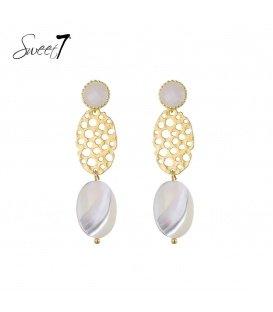 Goudkleurige oorbellen met een hanger met een witte steen