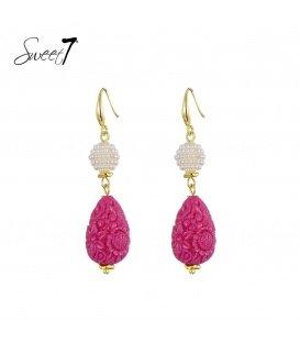 Goudkleurige oorbellen met een witte en roze hanger