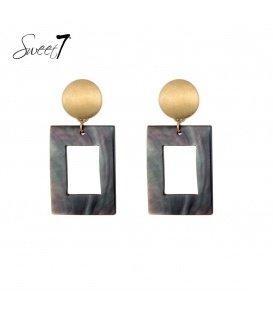 Goudkleurige oorstekers met een vierkante zwarte hangers