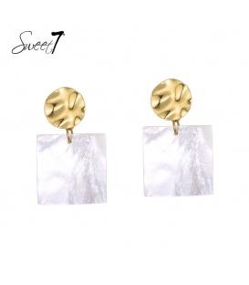 Goudkleurige oorbellen met een vierkante witte hanger