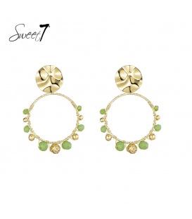 Goudkleurige oorstekers met een ronde hanger met groene kraaltjes