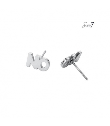 Zilverkleurige oorknopjes in de vorm van het woord NO