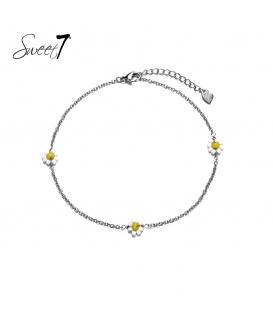 Zilverkleurige armband met drie geel met witte bloemetjes