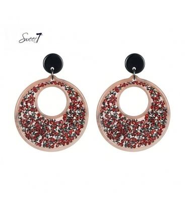 Rode oorbellen met ronde hanger met daarop rode en zilverkleurige steentjes