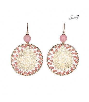 Goudkleurige oorhangers met roze kralen