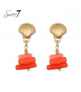Goudkleurige oorstekers in schelpvorm met een oranje hanger
