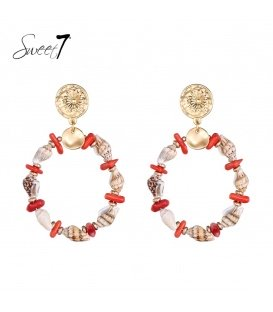 Rood gekleurde schelpen oorhanger met een goudkleurig oorstukje