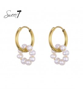 Goudkleurige oorringen met een ring van witte parels