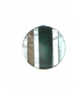 Groen gestreepte oorclips met parelmoer inleg gemaakt door Culture Mix