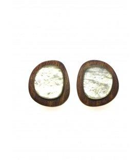 Bruine houten oorclips met parelmoer plaatjes gemaakt door Culture Mix