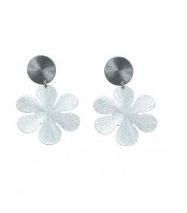 Zilverkleurige oorbellen met een hanger in de vorm van een bloem
