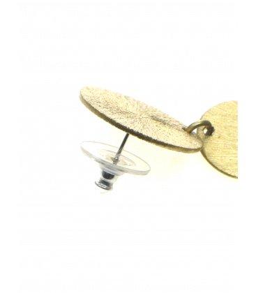Goudkleurige oorbellen met een hanger in de vorm van een bloem