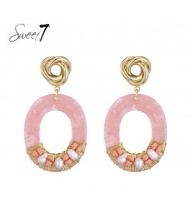 Roze oorhangers met een mooi goudkleurig oorstukje