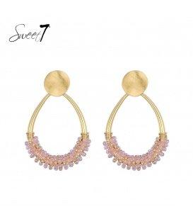 Goudkleurige oorhangers met roze kralen en een goudkleurig oorstukje