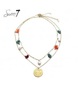 Goudkleurige laagjes halsketting met gekleurde steentjes en parels en een bedel
