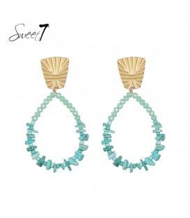 Turquoise oorhangers met glaskralen en een goudkleurig oorstukje