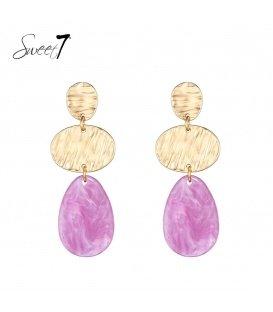 Goudkleurige oorhangers met een roze ovale hanger