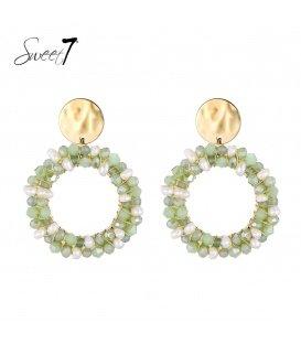 Groene oorbellen met witte pareltjes en een goudkleurig oorstukje