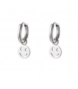 Zilverkleurige oorbellen met smiley en ster gezicht