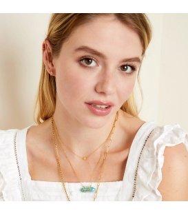 Goudkleurige halsketting met een roze natuurstenen hanger met het woord Lucky