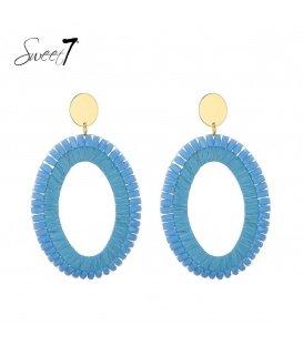 Blauwe oorhangers met glaskralen en een goudkleurig oorstukje