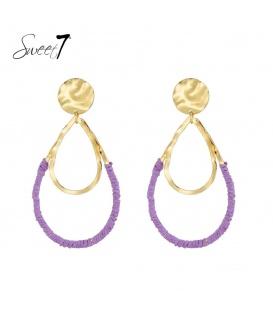 Goudkleurige oorbellen met paarse raffia om de hanger afgewerkt