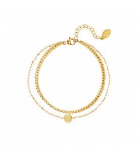 Goudgekleurde meerlaagse armband met een klaver hanger