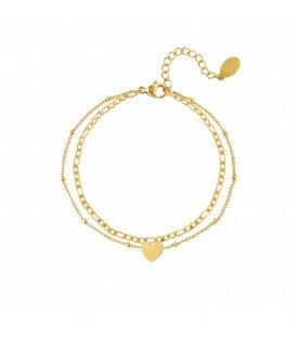 Goudgekleurde meerlaagse armband met een hartbedeltje
