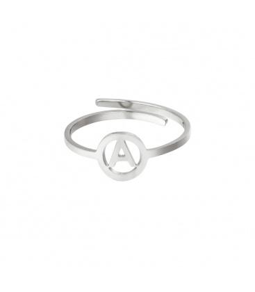 Zilverkleurige ring met initiaal A in cirkel