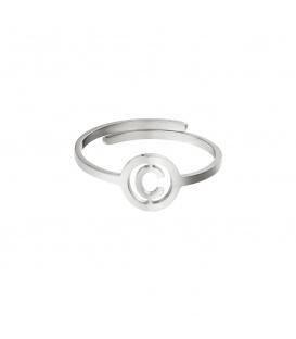 Zilverkleurige ring met initiaal C in cirkel
