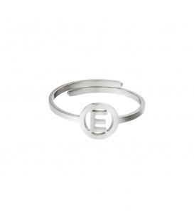 Zilverkleurige ring met initiaal E in cirkel