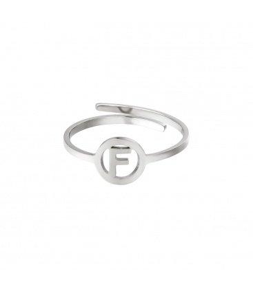 Zilverkleurige ring met initiaal F in cirkel