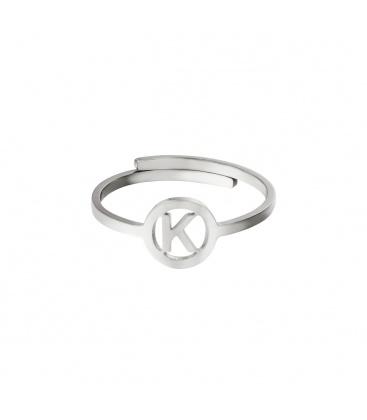 Zilverkleurige ring met initiaal K in cirkel