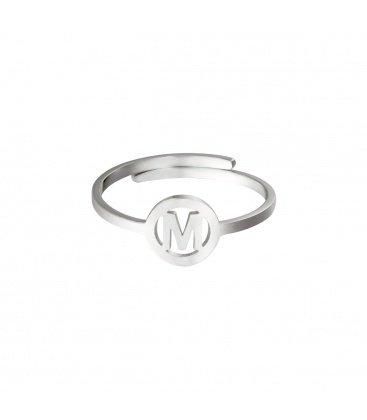 Zilverkleurige ring met initiaal M in cirkel