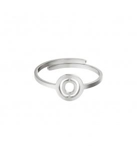 Zilverkleurige ring met initiaal O in cirkel