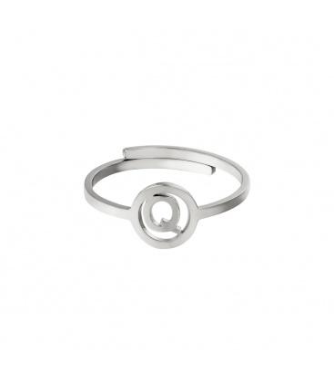 Zilverkleurige ring met initiaal Q in cirkel