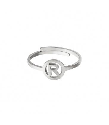 Zilverkleurige ring met initiaal R in cirkel