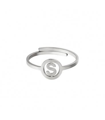 Zilverkleurige ring met initiaal S in cirkel