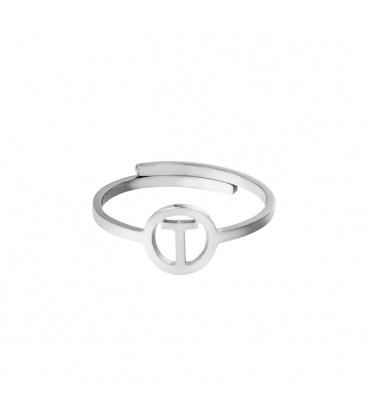 Zilverkleurige ring met initiaal T in cirkel