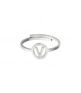 Zilverkleurige ring met initiaal V in cirkel