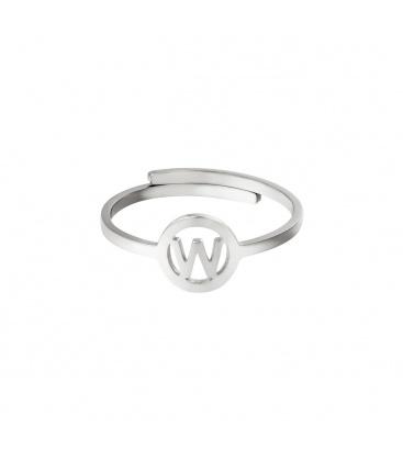 Zilverkleurige ring met initiaal W in cirkel