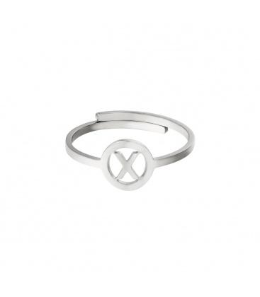 Zilverkleurige ring met initiaal X in cirkel