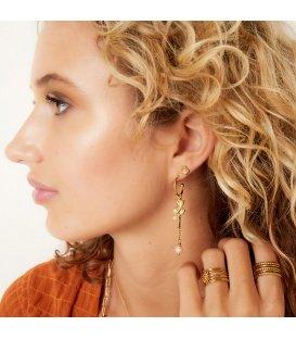 Goudkleurige oorhangers met rozenkwarts en een roze kraal