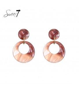 Donker roze gekleurde oorhanger met een ronde hanger
