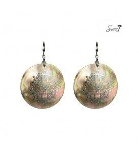 Gekleurde oorhangers met een schelpen hanger en opdruk