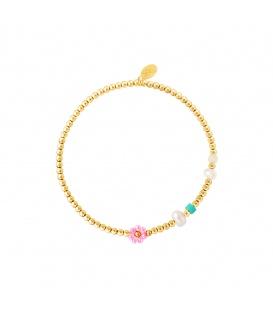Goudkleurige armband met kralen, parels en een donkerroze bloem