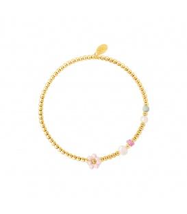 Goudkleurige armband met kralen, parels en een roze bloem