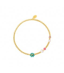 Goudkleurige armband met kralen, parels en een groene bloem